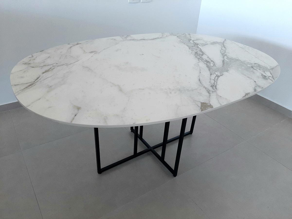 Super-ellipsis table
